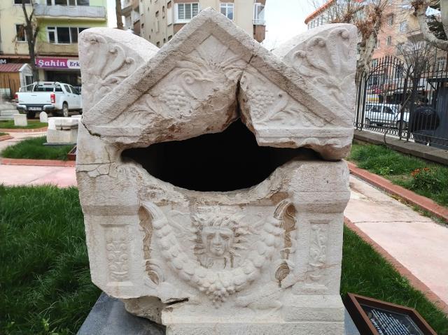 Medusa kabartmalı beddua yazılı lahit müzede sergileniyor