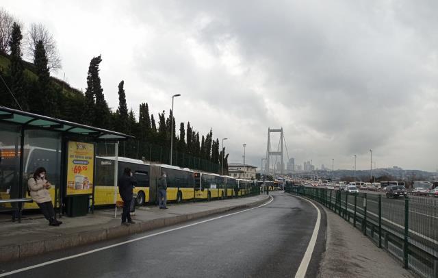 Arıza sebebiyle Avrupa'dan Anadolu Yakası'na geçişte metrobüs seferleri durdu! Onlar araçlık kuyruk oluştu