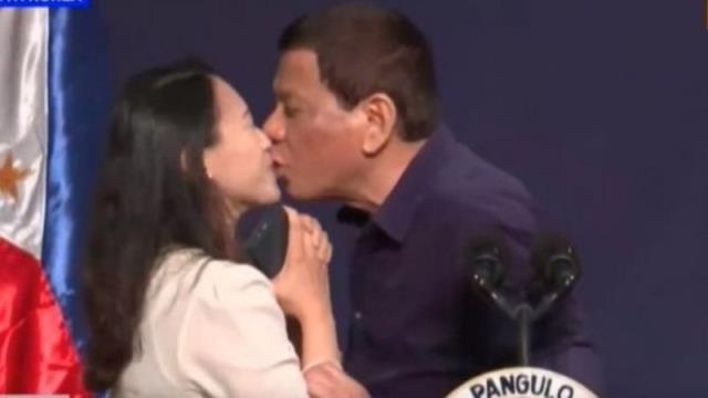 Filipinler Devlet Başkanı, servis yapan kadının cinsel organına dokunmaya çalıştı