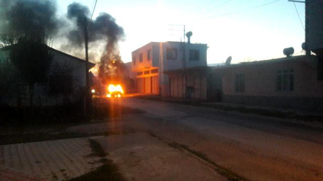 Kozan'da seyir halindeki alev alan araç korku dolu anlar yaşattı