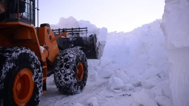 Bilbilan Geçidi'nde zorlu karla mücadele