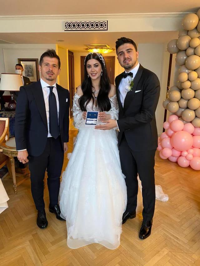 Ozan Tufan'ın düğünde eşiyle yaptığı eğlenceli dansını Başkan Ali Koç ve diğer davetliler tebessüm ederek izledi