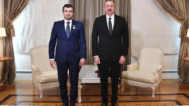 Azerbaycan Cumhurbaşkanı Aliyev, Karabağ zaferinde büyük pay sahibi olan Selçuk Bayraktar'a madalya taktı