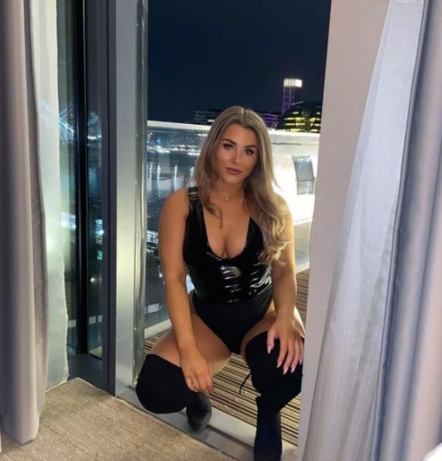 Female footballer who sold obscene photos for money returns to the fields again