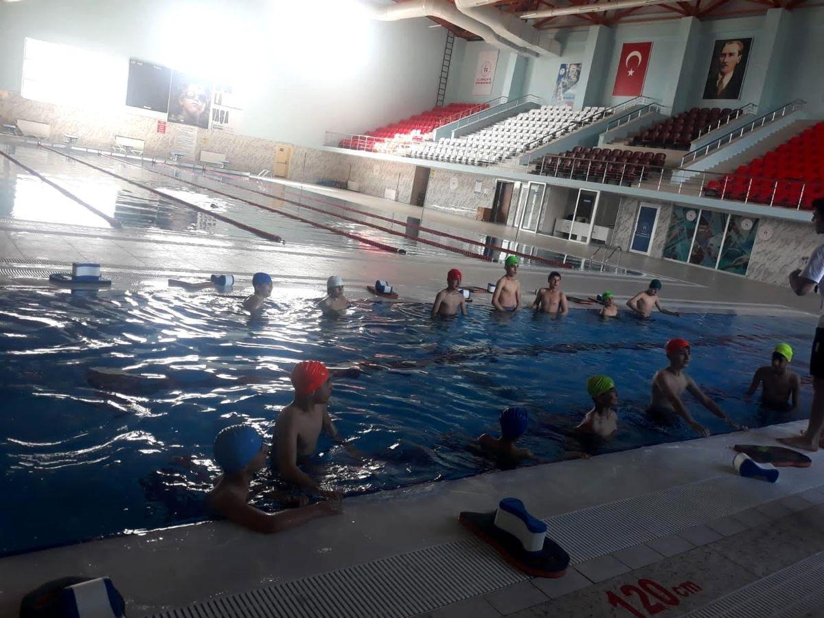 Hizan'da kursiyer öğrenciler havuzda yüzmenin keyfini yaşadı