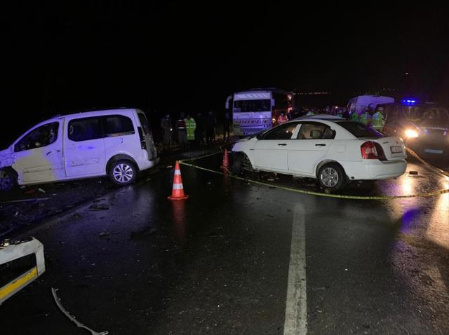 İki aracın kafa kafaya çarpıştığı feci kazada 2 kişi öldü, 2'si ağır 10 kişi yaralandı