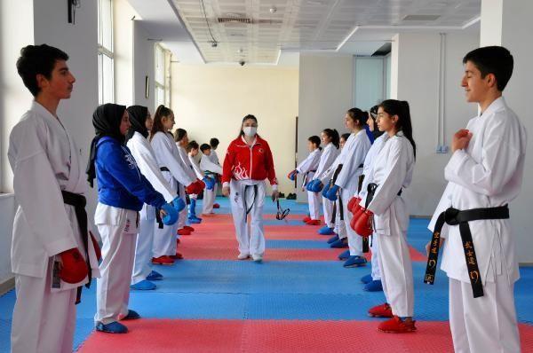 SPOR Muşlu kız çocuklarına karateyi sevdirdi; sporcuların yüzde 70'i kız
