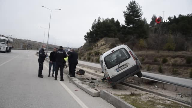 Burdur'da otomobil direğe çarptı: 1'i çocuk 3 yaralı