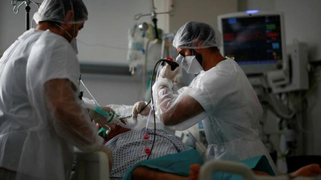 Mutant virüsün bir dakikada bulaşabildiğini belirten uzmanlar uyarıyor: Kalabalık ortamlarda çift maske takın