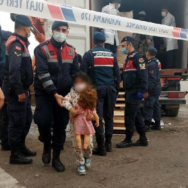 Bisküvi taşıyan konteynerlerin içinde aralarında çocukların da bulunduğu 91 kaçak göçmen yakalandı
