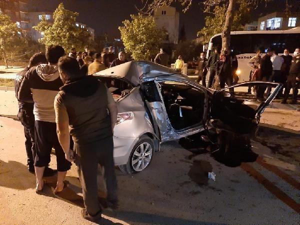 Kontrolden çıkan otomobil, ağaçlara ve elektrik direğine çarptı: 2 yaralı