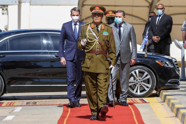 Yunanistan Başbakanı Miçotakis, kovduğu sefirin ayağına gitti