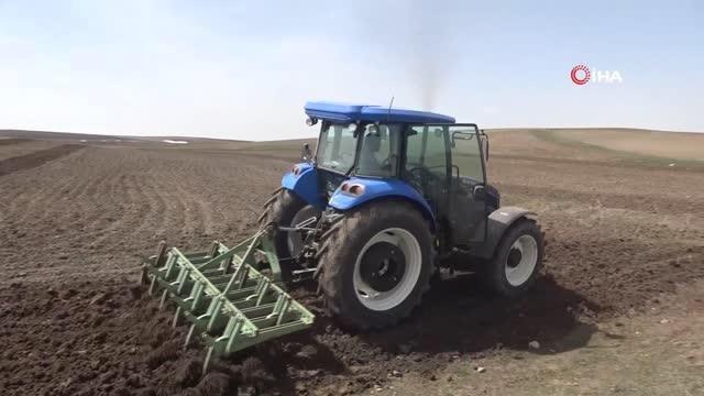 Ağrılı çiftçilerin tohum ekme mesaisi başladı