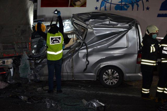 Son dakika! Ereğli'de minibüs tıra arkadan çarptı: 1 ölü