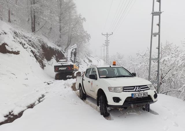 Baharın ortasında 40 santim kar yağdı, 61 mahalle yolu ulaşıma kapandı