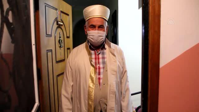 Apartman sakinleri daire kapılarını açık bırakılarak duydukları imamın eşliğinde ilk teravih namazını kıldı
