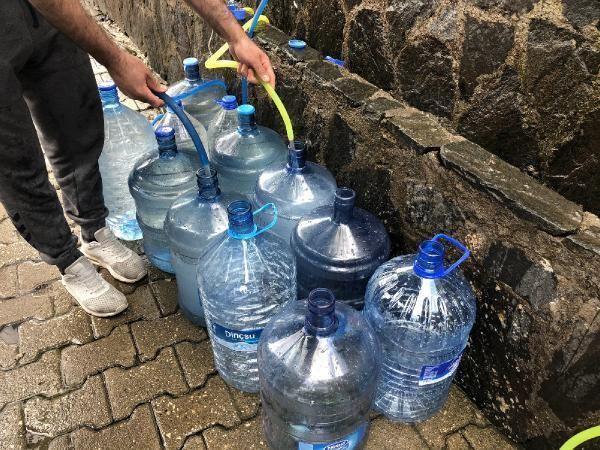 Ramazan öncesi kaynak suyu almak isteyen vatandaşlar 5 kilometrelik kuyrukta bekledi