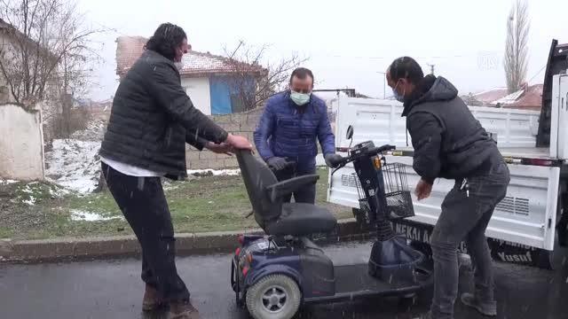 Gurbetçi kadın, memleketindeki engellilere akülü araç desteğinde bulundu