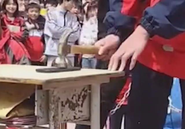 Çin'de okullarda akılalmaz yöntem: Öğrenciler telefonları çekiçle parçaladı