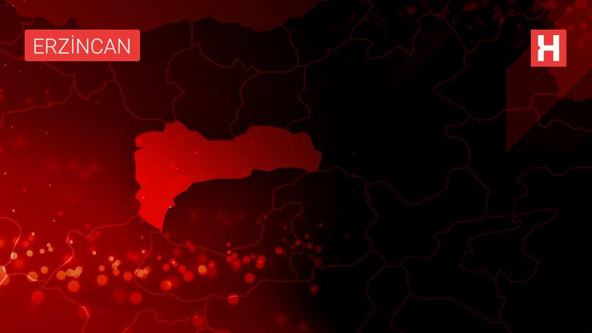 Erzincan'da belediye görevlileri otobüsler ile durakları dezenfekte etti