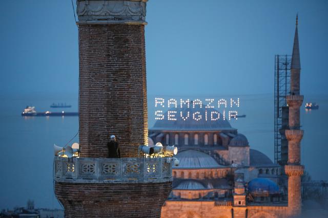 Ayasofya Camii'nde 87 yıl sonra ilk iftar ezanı okundu 2 – ayasofya camii nde 87 yil sonra ilk iftar ezani 14064303 219 m