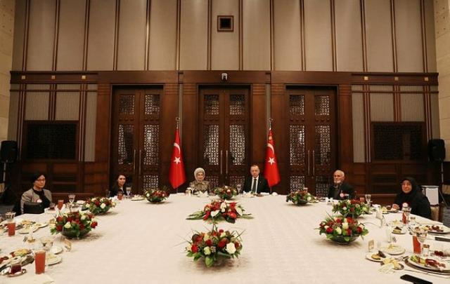 Cumhurbaşkanı Erdoğan'dan sürpriz ziyaret! Yer sofrasında iftar yaptı