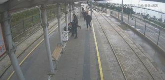 Masaj: Güvenlik görevlisi, duraktaki yolcuya kalp masajı yaptı; o anlar kamerada
