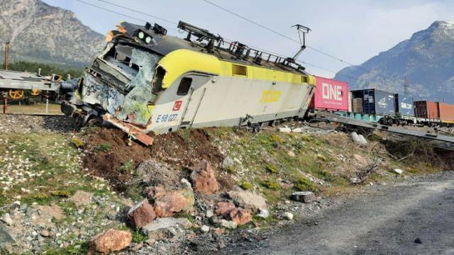 Yük trenleri çarpıştı, vagonlar ters döndü! Feci kazada 2 makinist yaralandı