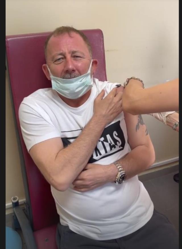 Aşı yaptıran Sergen Yalçın'ın verdiği komik tepkiler sosyal medyayı salladı