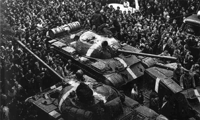 Dünya Rusya'nın bu adımını konuşuyor! 53 yıl sonra bir ilk, tanklara 'savaş boyası' sürüldü