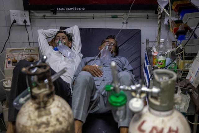 Son 24 saatte 200 binden fazla vakanın görüldüğü Hindistan'da artık iki hasta aynı yatakta tedavi görüyor