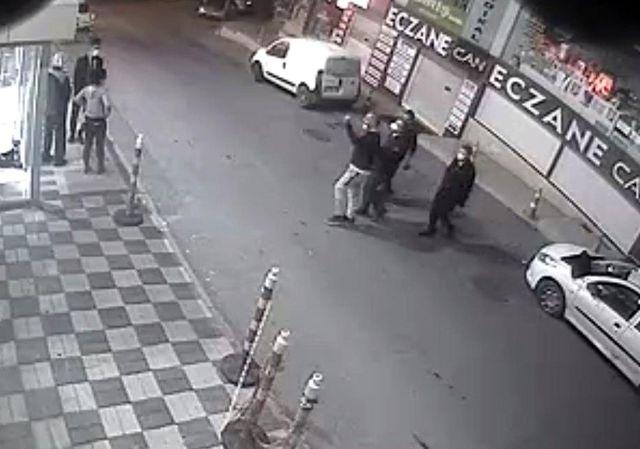 Hastanede saldırı anları kamerada! Koronavirüs testi istemeyen adam doktoru darp etti