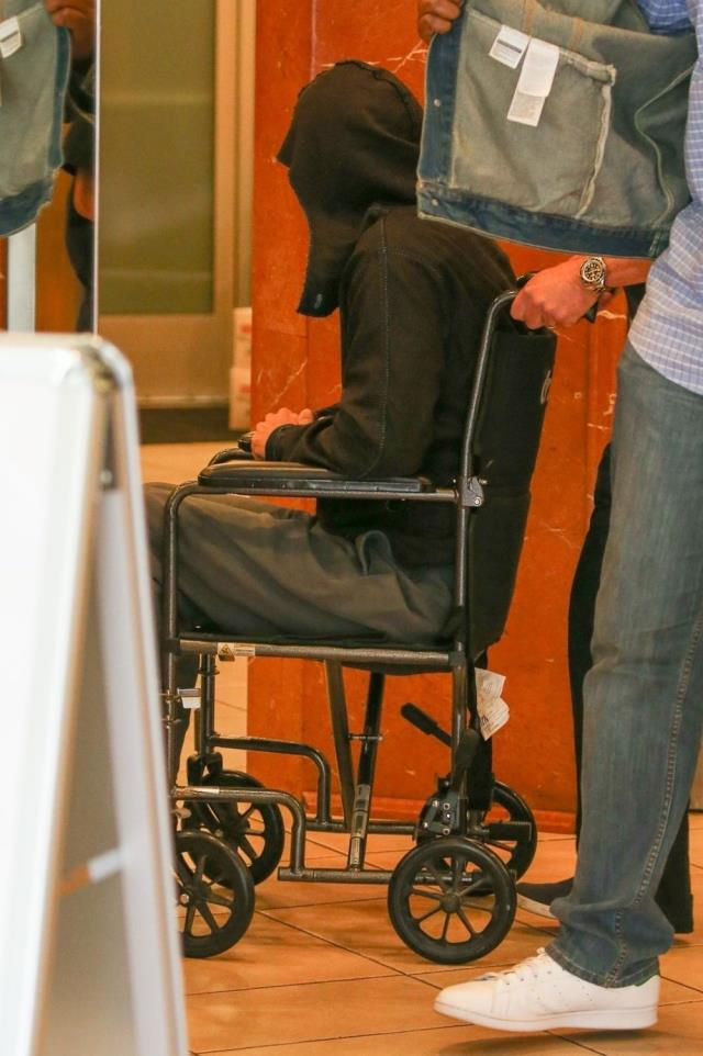 Hollywood yıldızı Brad Pitt, tekerlekli sandalye ile görüntülendi