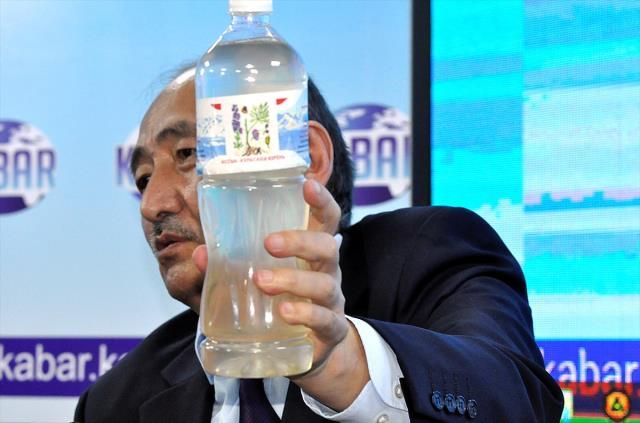 Kırgızistan Sağlık Bakanı Beyşenaliyev, 'korona tedavisinde kullanılıyor' deyip kameralar karşısında zehirli bitkiyi kaynatıp içti