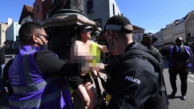Prens Philip'in cenaze töreninde akılalmaz protesto! Kalabalığın içinde çırılçıplak soyundu