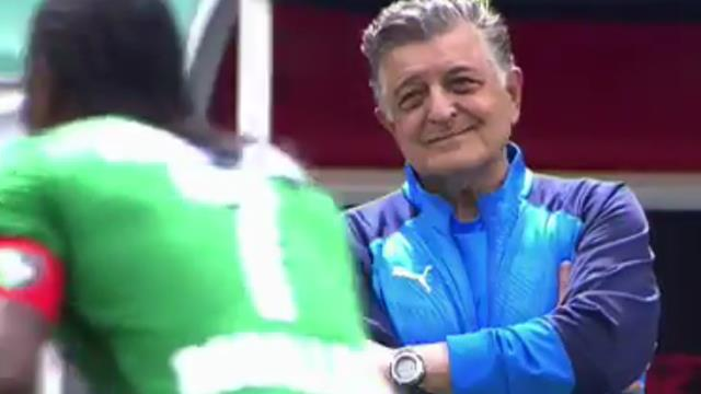 Even the rival coach Yılmaz Vural watched Rodallega's incredible goal with admiration.
