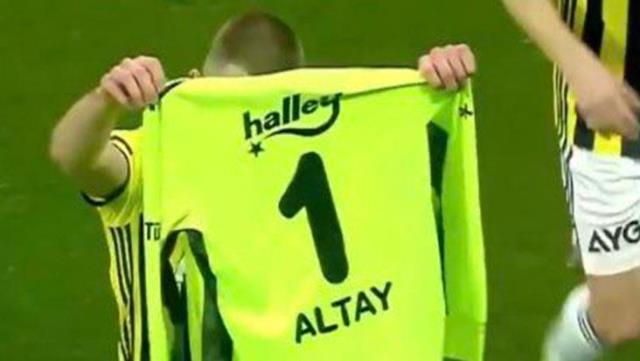 As soon as Atilla Szalai scored the goal, he rushed to get Altay's uniform and presented his happiness to him.