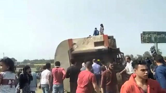 Mısır'da trenin raydan çıkarak devrilmesi sonucunda 100'den fazla kişi yaralandı