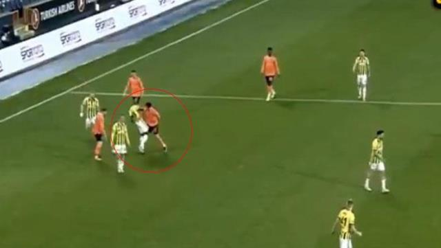 Mahmut Tekdemir, who pushed Valencia to the ground, turned red directly