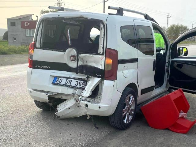 Çarptığı ticari aracın içine düşen sürücü, ağır yaralandı
