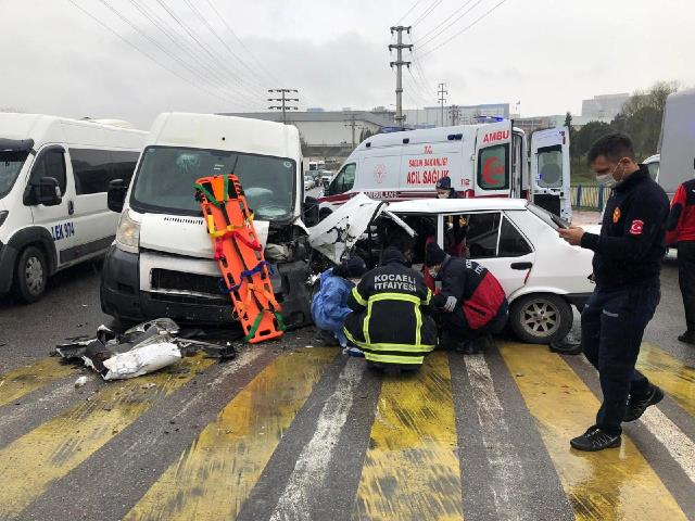 Kocaeli'de panelvan minibüs ile otomobil çarpıştı: 1'i ağır 4 yaralı
