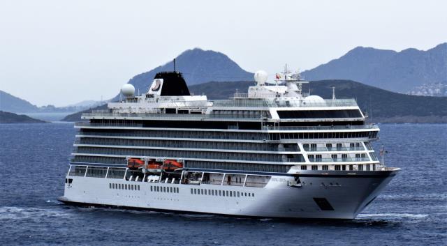Norveç bayraklı kruvaziyer gemisi, yakıt ikmali ve mürettebat değişimi için Bodrum'a demir attı
