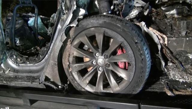 Sürücüsüz Tesla ağaca çarpıp küle döndü! 2 kişi feci şekilde can verdi
