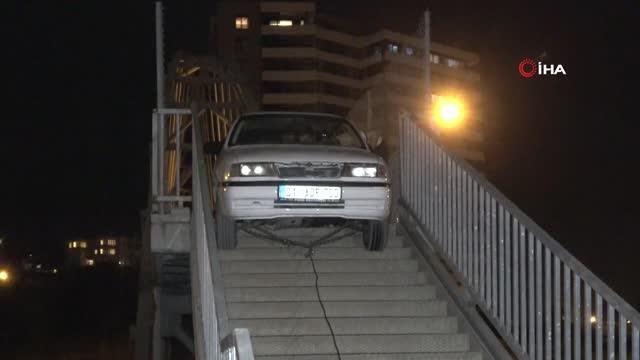 Yaya köprüsünden geçmeye çalışan sürücü sıkışıp kaldı