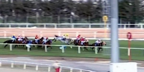 Adana'da at yarışlarında bir kaza daha: 4 jokey düştü, 3'ü hastaneye kaldırıldı