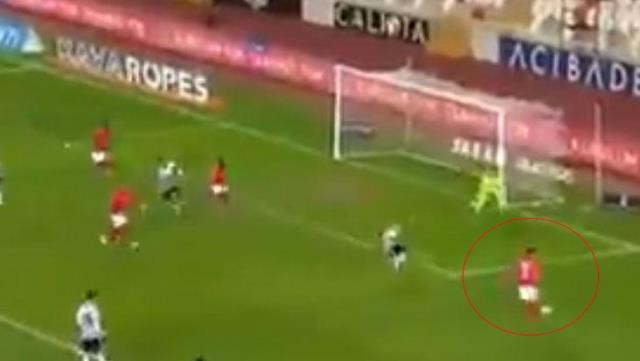 Erdogan Yeşilyurt, who sent the ball out in a very different way in a suitable position, shook the social media