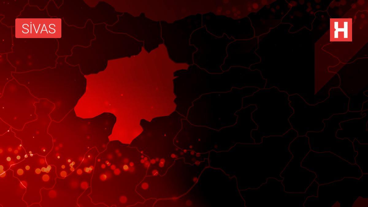 Sivas'ta kuvvetli rüzgar nedeniyle iş merkezinin duvarından kopan parçaların altında kalan kişi yaralandı