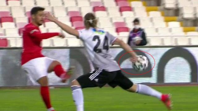 Fırat Aydınus and the referees at VAR, who did not decide on the penalty for Vida's position, became a subject of controversy