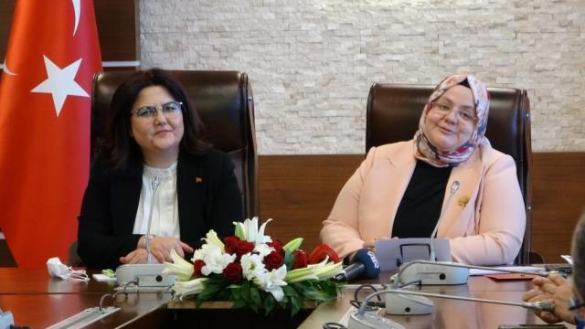 Aile ve Sosyal Hizmetler Bakanlığı görevini devralan Derya Yanık: Milletimize karşı bir borcumuz var
