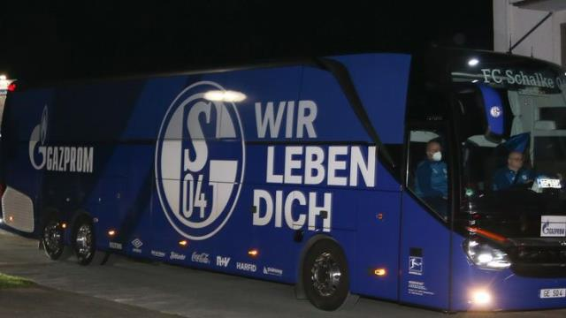 Schalke küme düşünce taraftarlar tesisi bastı, futbolcular öfkeli grubu sakinleştiremeyince çareyi kaçmakta buldu